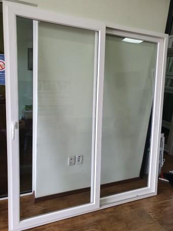 Porta de Correr em PVC na Cor Branca com Vidro Temperado 6mm 1,85m(L) x 2,10m(A)